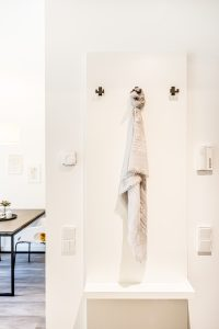 Schal an einem Kleiderhaken im Eingangsbereich eines Apartments in der Urban Base in Wiesbaden