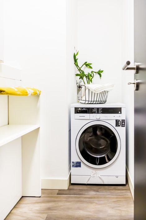 Waschtrockner in einem Abstellzimmer in einem Apartment in der Urban Base in Wiesbaden