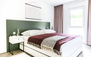 Bett und Nachttisch in einem Apartment in der Urban Base in Wiesbaden