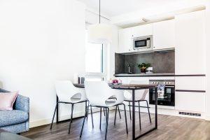 Essbereich und Küchenzeile in einem Apartment in der Urban Base in Wiesbaden
