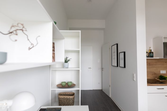 Blick auf den Eingang vom Wohnbereiche in einem Apartment im Barton Living der Cube Real Estate