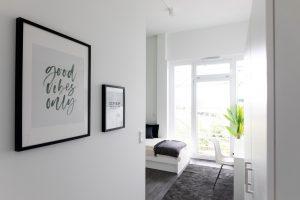 Blick auf den Wohnbereich vom Eingang in einem Apartment im Barton Living der Cube Real Estate